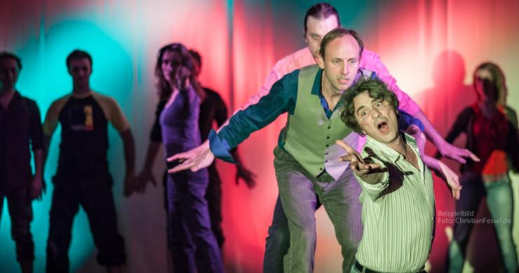 """Das Improvisationstheater """"Die Gorillas"""" in einer Bühnensituation."""