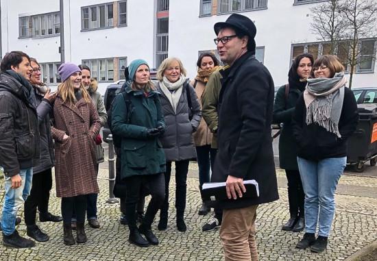 Mann mit Hut Touren spricht während der Spezialführung vor den Landschaftsarchitekten von hochC