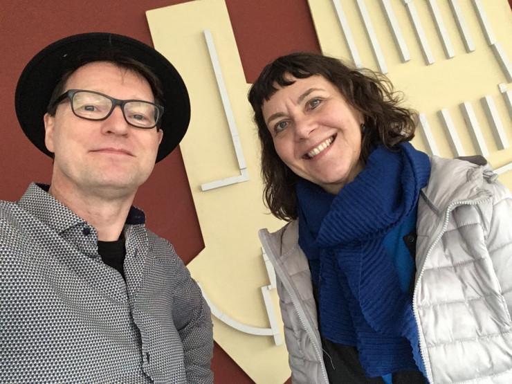 Bild vom Besuch der Buchautorin Suza Kolb beim Mann mit Hut