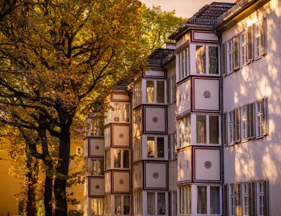Mann mit Hut Touren: Die Siedlung Siemensstadt im herbstlichen Abendlicht. Stadtführung & Architekturführung zur Industriekultur und Baukultur von Hans Hertlein