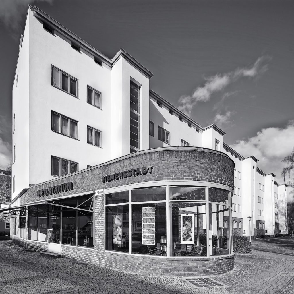Der ehemalige Ladenbau Info Station Siemensstadt, vormals  Basis von Christian Fessel Fotografie und Mann mit Hut Touren.