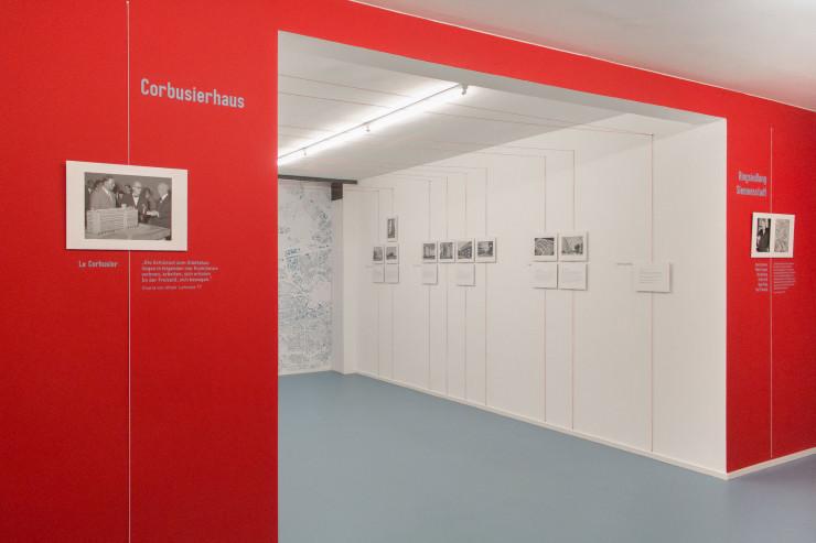 """Die Ausstellung """"Stadt in der Stadt – Siemensstadt und Corbusierhaus"""" von tzreppe b. Auf eine Initiative von Christian Fessel als """"Mann mit Hut Touren"""" hin, folgt die Info Station Siemensstadt nun als weiterer Ausstellungsort."""