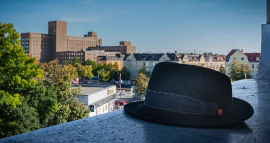 Mann mit Hut Touren. Regelmäßige Führungen, Gruppenführungen, Architekturfürungen und Führungen zur Industriekultur in Siemensstadt und Charlottenburg-Nord.